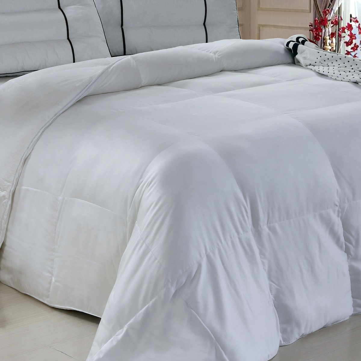 Royal Hotel Silky Soft and Fluffy Bamboo Down Alternative Comforter, 300-Thread-Count, 73 Ounce Fill, Bamboo fabric shell, Queen, Solid White