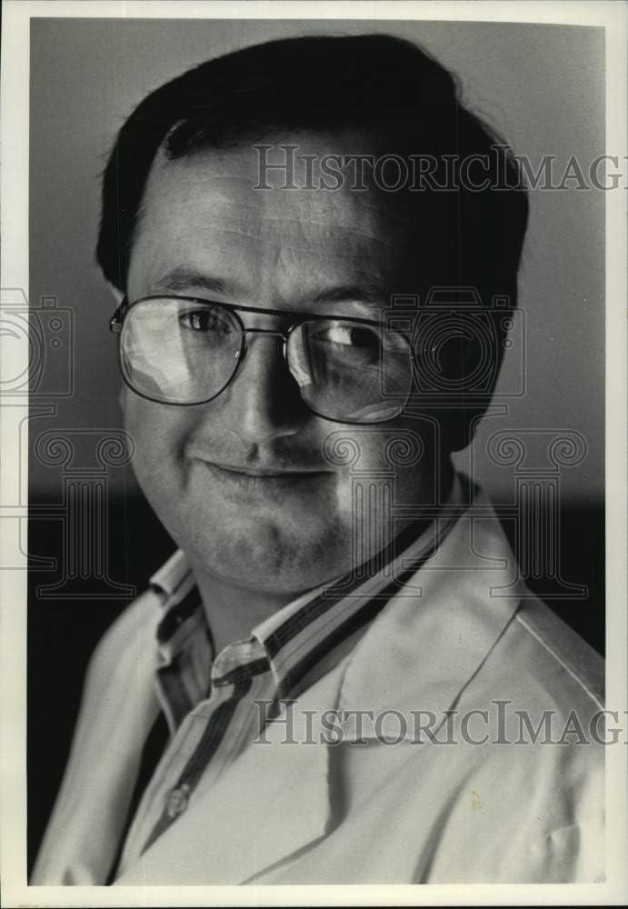 Historic Images - 1992 Press Photo Daniel Bushard Veterinarian at Woodview Vet. Clinic, West Bend