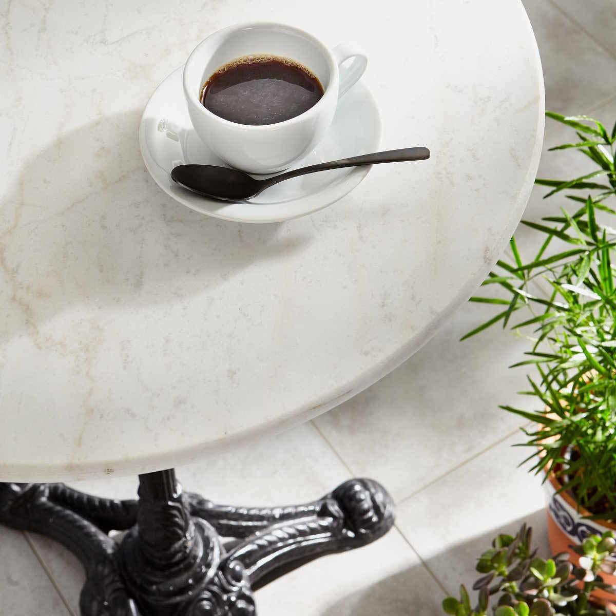 BUTLERS Castello Bistrotisch /Ø 60 cm Franz/ösischer Kaffeetisch Runder Beistelltisch mit wei/ßer Marmorplatte und Metall