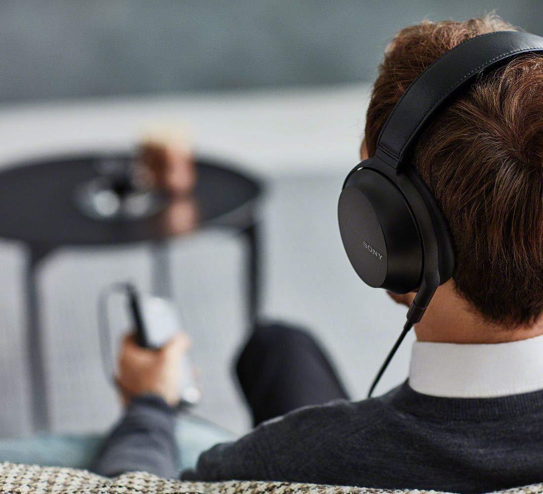 ソニーのヘッドホンで音楽を聴く男性