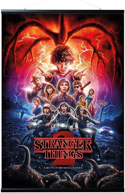 Erik - Pack Póster Stranger Things One Sheet Season 2 con Colgador de Madera magnético Negro, Vertical (61x91,5 cm): Amazon.es: Hogar