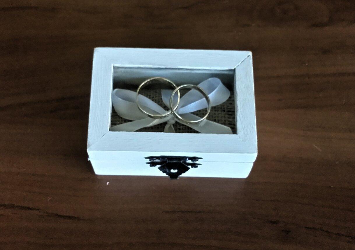 Caja alianzas, caja anillos compromiso,Caja anillos de boda color blanco con tapa de cristal, arpillera y lazo blanco para sujetar los anillos. ideal para bodas rústicas