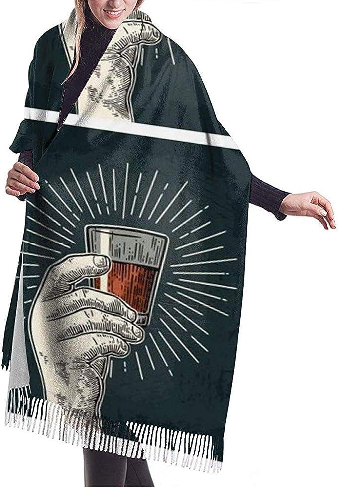 Mano masculina que sostiene el vaso con brandy Tequila ...