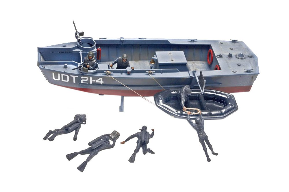 Revell Monogram 1:32 UDT Boat with Frogmen Model Kit RM0313
