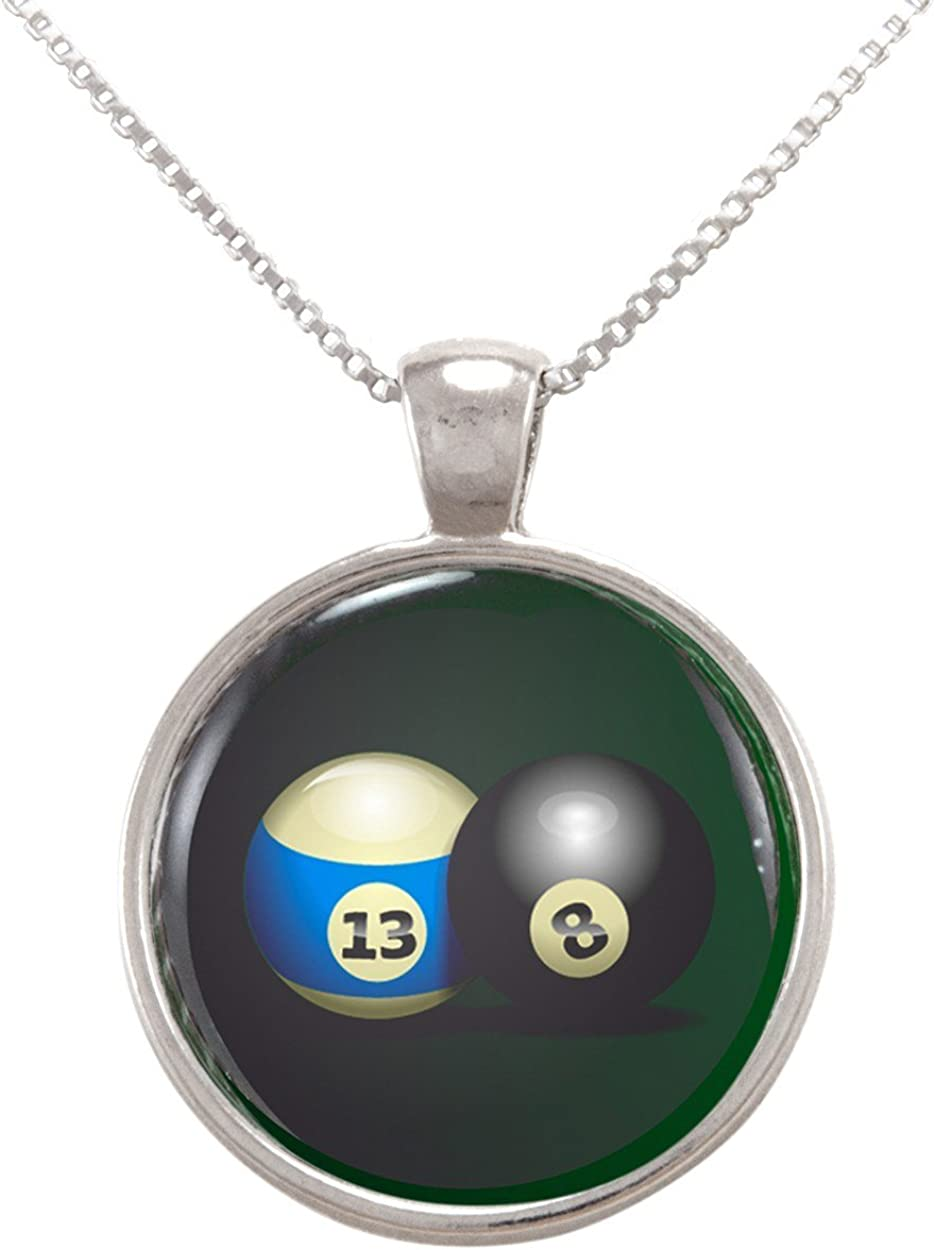 Imagen de dos bolas de billar sobre fondo verde colgante collar ...