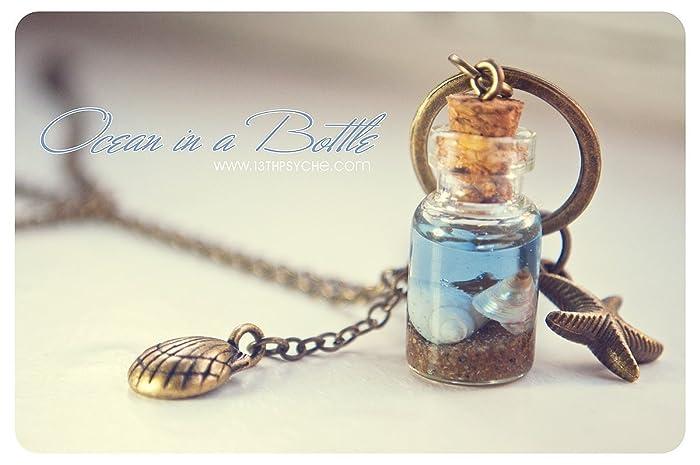 Océano en un collar de la botella, botella de cristal con conchas, collar de