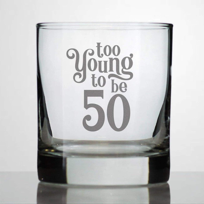 Too Young to Be 50 vasos de whisky de 50 cumpleaños, regalo para hombres y mujeres con 50 vasos de whisky, duraderos grabados con láser, copas de vino sopladas a mano, transparentes