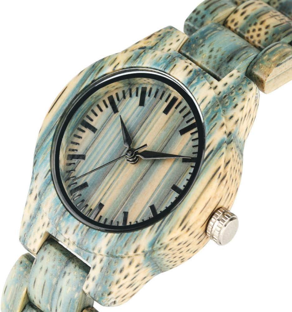 緑の小さな新鮮な女性の腕時計とファッションカラー竹材時計すべての木材