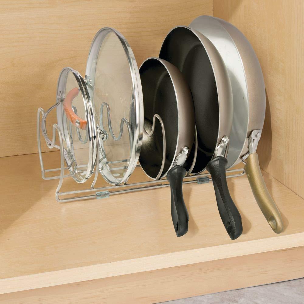 mDesign Soporte para sartenes, ollas y tapas - Organizador de tapas de ollas compacto para el armario de la cocina - Colgador de sartenes de metal para ...