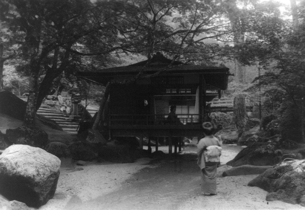 Japanese woman looking at Tea House写真 36 x 54 Giclee Print LANT-4002-36x54 B01MG3794G  36 x 54 Giclee Print