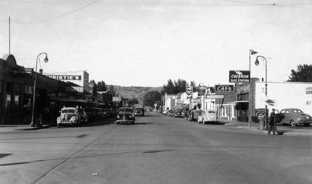 Omak、ワシントン – ストリートシーン、View of a Chevron Gas Station 36 x 54 Giclee Print LANT-12769-36x54 36 x 54 Giclee Print  B01MG35UQ0