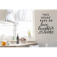 "Calcomanía de PVC para pared con texto en inglés ""This House Runs on Love Laughter and Lots of Wine"""