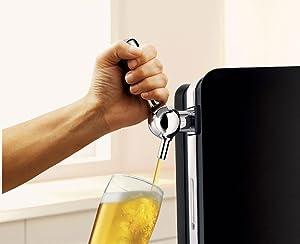 Bier wird am Zapfhahn eingeschenkt - Zapfanlage für zuhause kaufen