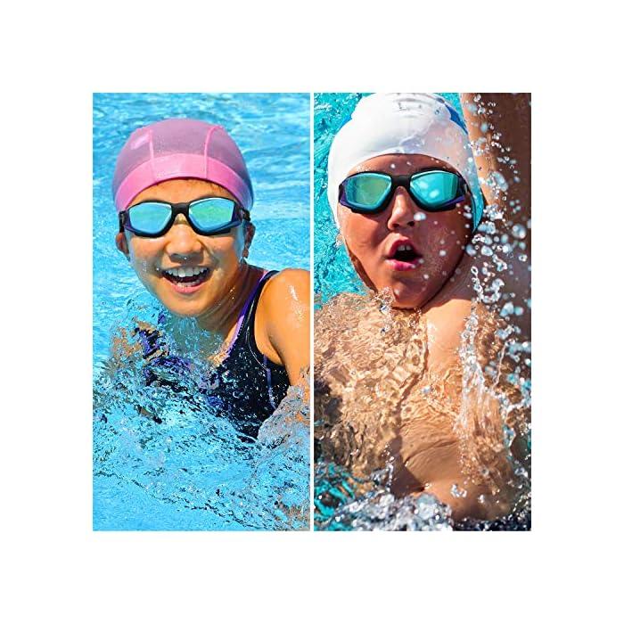 61uhtN4mtkL GAFAS NATACION HERMÉTICAS: Estas gafas de silicona están hechas de silicona suave de doble capa para gran comodidad y evitar que goteen. Con el fuerte sello de goma gruesa, protegerán sus ojos del cloro y otros químicos presentes en las piscinas. Sus ojos también estarán protegidos contra el polvo, suciedad y bacterias, esto evitará la irritación y los ojos rojos. Estas gafas de nadar se pueden usar para bucear, triatlones y nado sincronizado. LENTES CON PROTECCIÓN UV: Estas coloridas gafas para natación tienen coloridas lentes de policarbonato. Son resistentes, no se romperán y tienen protección UV. Con esta protección evitará cualquier daño por los rayos del sol y también reducen la cantidad de luz que entra, esto ayuda a minimizar el resplandor, para mejorar la experiencia cuando nade en exteriores o bajo las brillantes luces de la piscina. CORREA AJUSTABLE DE SILICONA: Las gafas para bucear tienen una correa que se puede ajustar fácilmente para hacerla más grande o pequeña y ajustarse a la mayoría de los tamaños de cabezas. Estas gafas son aptas para hombres y mujeres adultos, así como también adolescentes. El botón de liberación rápida en la parte trasera ayuda a liberarlas y retirarlas fácilmente. Estas gafas de piscina son perfectas para profesionales, así como nadadores recreativos.