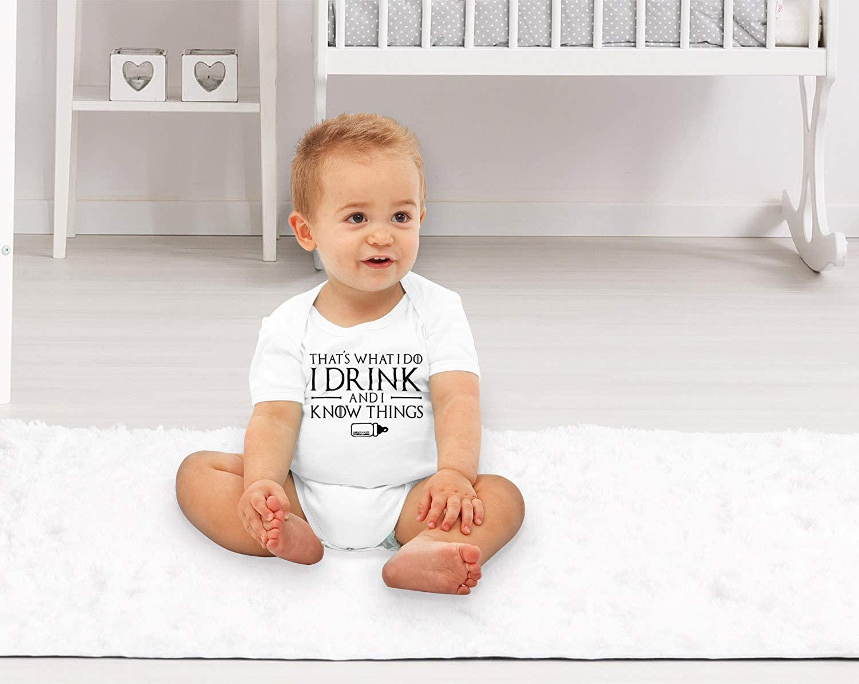 MoonWorks/® Kurzarm Baby-Body mit Aufdruck I Drink and I Know Things Milch Strampler Bio-Baumwolle