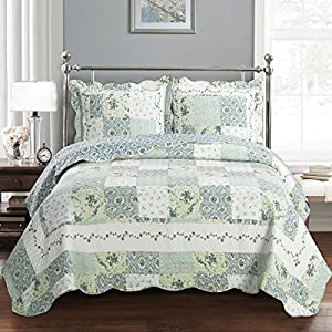 Deluxe Brea Oversized Bedspread Set. Beautiful quilt is decorated with patches of various floral designs. Creates the relaxing ambience in your bedroom. Bed Cover Quilt 3 Pieces California King Set