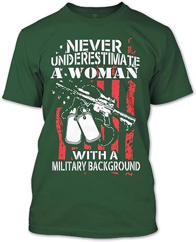 Nunca subestimes una mujer con un fondo Militar T Shirt ...