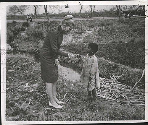 1975 Press Photo Dr Durham receives chunk of raw sugar from Pakistani - Pakistani Picture Boys