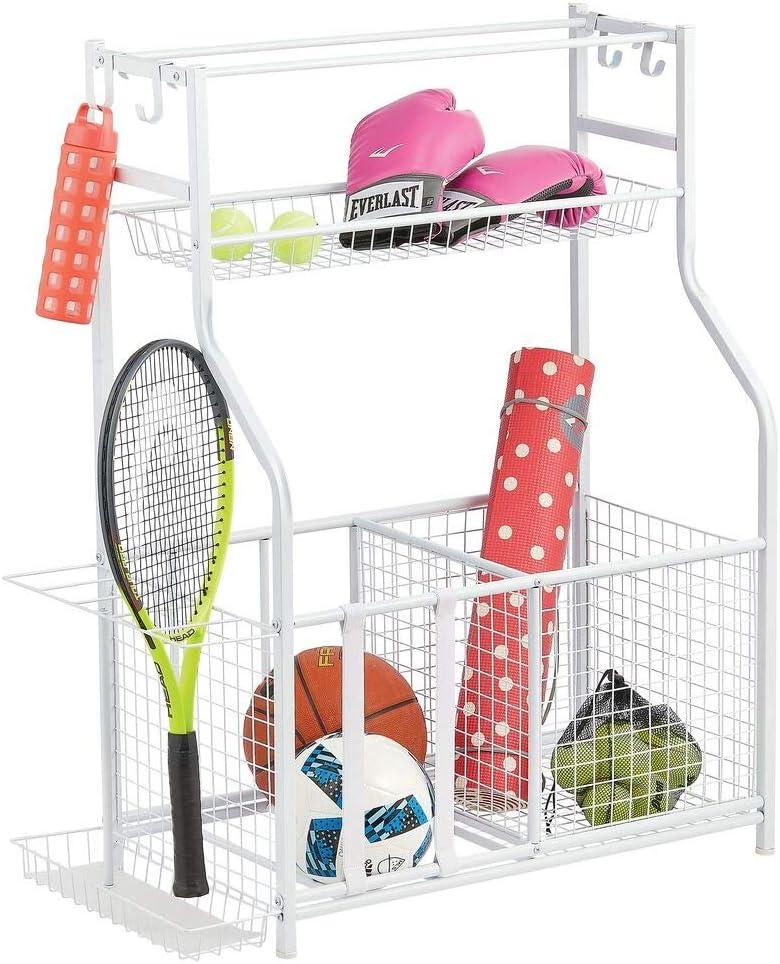 mDesign Mueble auxiliar para material deportivo – Versátil guarda pelotas con 4 ganchos, 3 cestas, y soportes para balones y raquetas – Estantería metálica de pie para garaje, sótano, etc. – blanco