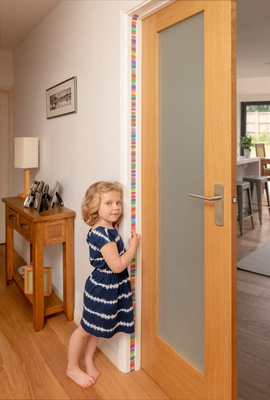Measure Me Toise enroule a la cadre de porte pour enfants Arc En Ciel