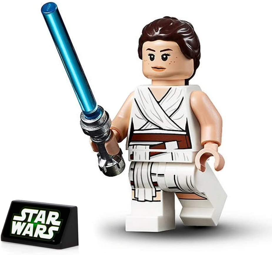 Amazon Com Lego Star Wars The Rise Of Skywalker Minifigure Rey In White Robe With Lightsaber And Display Stand 75250 Toys Games