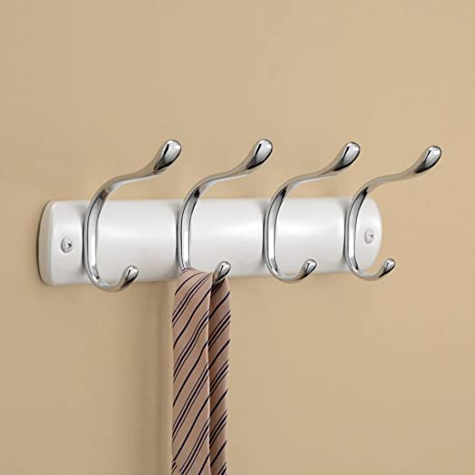 InterDesign Bruschia Colgador de pared, perchero de metal con 4 ganchos para colgar, blanco perlado/plateado