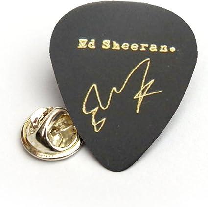 Pin de solapa con diseño de púa de guitarra, con firma impresa de ...