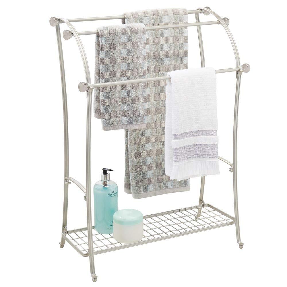 mDesign Colgador de toallas - Toalleros de pie con 3 barras - Cuelga toallas de metal con bandeja para accesorios de baño - plateado mate: Amazon.es: Hogar