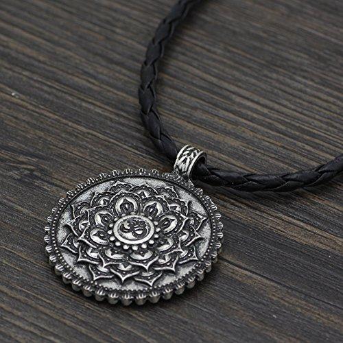 3770028bcde2 Collar vintage de plata envejecida con diseño de flor de loto y mantra Om  Caliente de