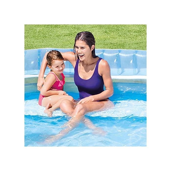 61xo qny7fL Piscina hinchable Intex Familu Lounge, medidas piscina: 224 x 216 x 76 cm, capacidad: 590 litros, uso recomendado para mayores de 3 años Estructura formada por tres aros hinchables, fabricada en vinilo resistente de 0,32 m de grosor en color blanco y azul La piscina cuenta con respaldo y sillón hinchable, el borde tiene dos porta bebidas, uno a cada lado. Intex 57190NP ¡Ideal para pequeños y mayores! Y es que estapiscina hinchable circularcuenta con un sillón hinchable con respaldo incorporado en una zona de la piscina y dos portabebidas de tamaño estándar para poder tener a mano agua o vuestras bebidas favoritas. La piscina, con susmedidas de 224x216x76 cm, tienecapacidad para 590 litros de aguaal llenarla hasta la altura recomendada (30 cm). El diseño de la piscina está formado por tres aros hinchables y dos colores: azul celeste transparente y blanco opaco. Para la fabricación de lapiscina familiar Intexse ha utilizado material vinílico extra resistente con un grosor de 0,32 mm. Además, la piscina cuentacon 2 cámaras de aire, ambas con válvula doble para un inflado y desinflado más rápido y cómodo. Esta piscina está recomendada para que la usen niños y niñas de 3 años en adelante y adultos.Incluye tapón de drenajepara hacer más cómodo el proceso de vaciadoy kit de reparaciónpor si tuvieras que arreglar algún pequeño poro o pinchazo. Es el momento de hacerte con estapiscina hinchable familiar de Intexy darle un nuevo toque a tu jardín. ¡Seguro que tu familia lo agradece este verano! Características principales de la piscina con sillón Intex 57190NP Piscina hinchable Intex familiar con sillón. Las medidas de la piscina montada son: 224x216x76 cm La piscina tiene tres aros hinchables y está fabricada con vinilo resistente El sillón hinchable y extraíble está incorporado en el interior de la piscina. El sillón lleva respaldo La piscina tiene 2 cámaras de aire, cada una con una válvula de inflado y desinflado Incluye 2 portabotellas en la parte superior de
