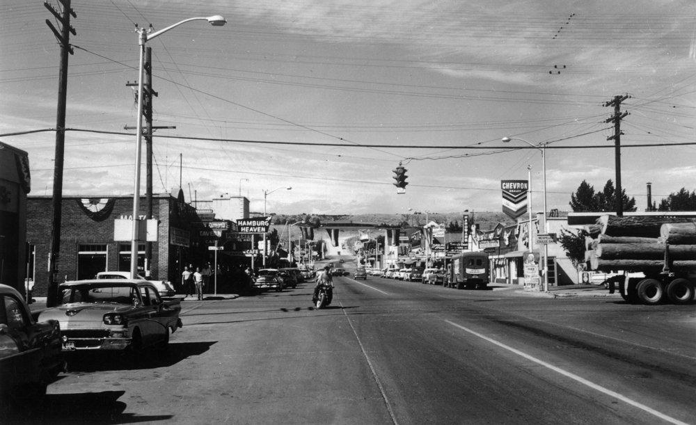 Omak、ワシントン – ストリートシーン、View of aオートバイとログトラック 36 x 54 Giclee Print LANT-12771-36x54 36 x 54 Giclee Print  B01MG35PC2