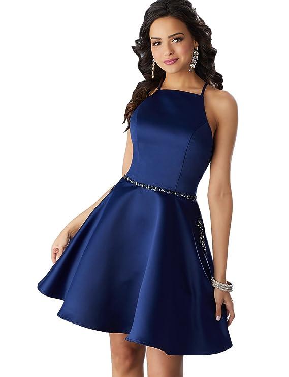 2562eb0a8 Este vestido formal está elaborado con material de satín y diseñado con  correas de spaguetti. Tiene una falda con una longitud por encima de las  rodillas y ...