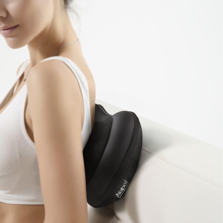 Rückenmassage mit dem Massageissen von Naipo