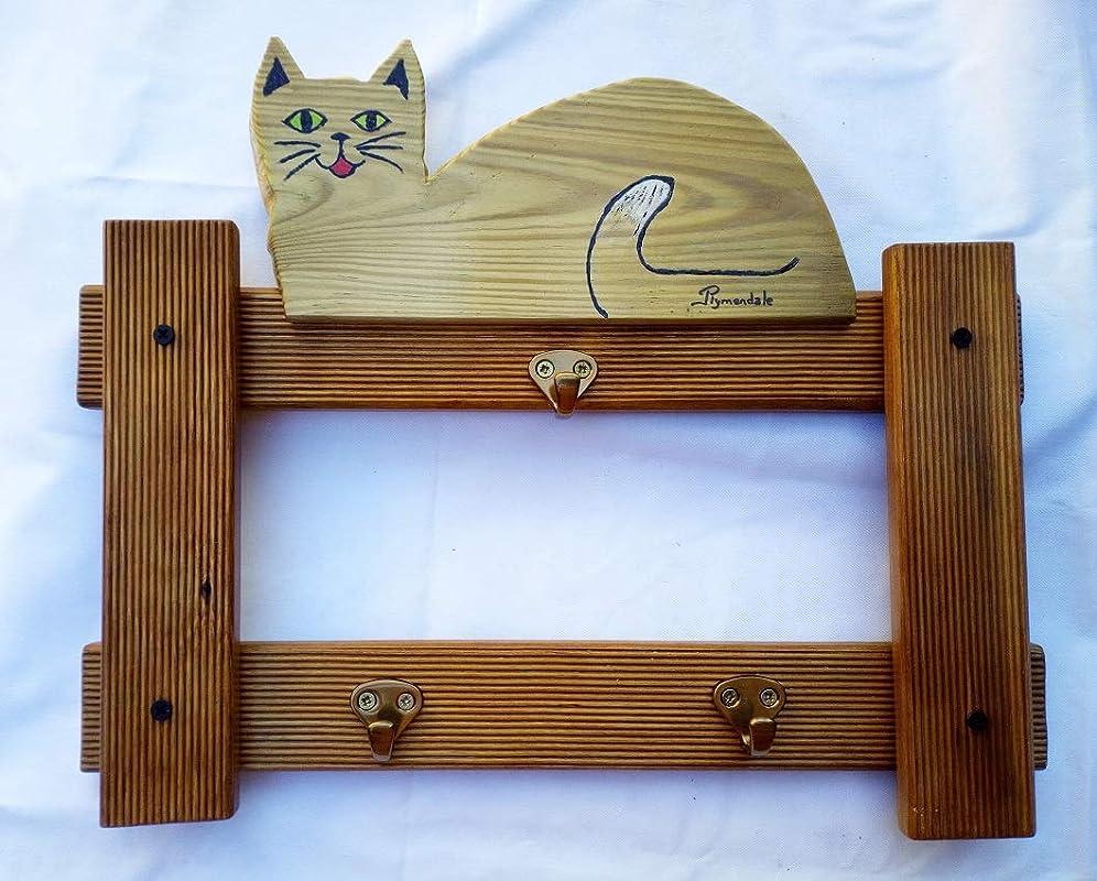 Este gato de madera maciza aguarda sobre su valla a que ...