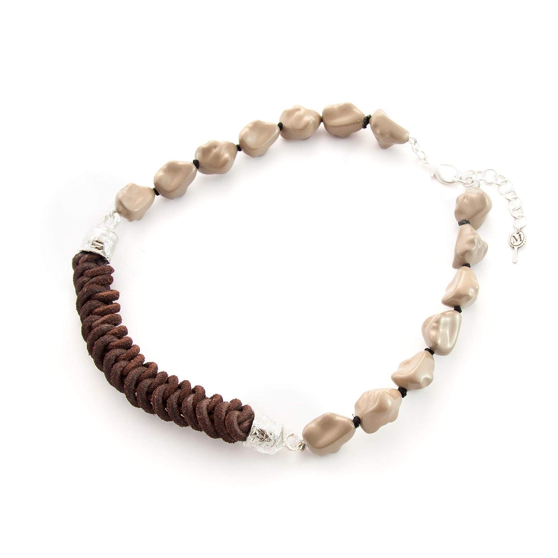 Collar corto mujer con cuero trenzado en nudo de serpiente y piedras de resina. Gargantilla choker Vintge. Piezas de latón en terminación plata mate. Color gris piedra.