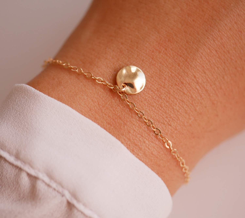 m/édaille martel/ée Bracelet plaqu/é or bracelet fin dor/é -bracelet m/édaille ronde -minimaliste bracelet dor/é disque dor/é