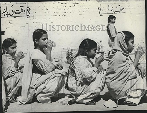 1975 Press Photo Pakistan-Pakistani girls drinking while seated in a - Pictures Pakistan Girl