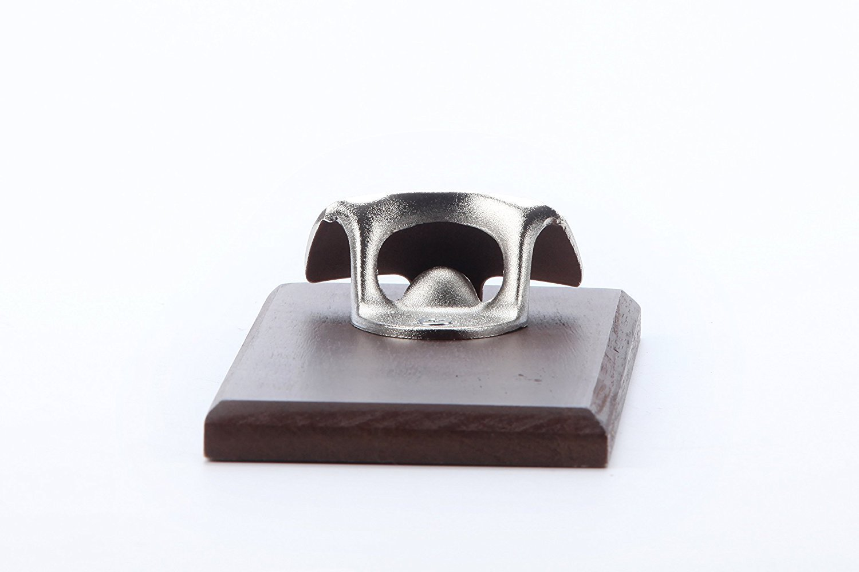 Ideal Man cave regalo e bicchieri di Yaekoo Premium in lega di zinco apribottiglie montato su quercia europea con tappo magnetico Catcher per frigo o montaggio a parete