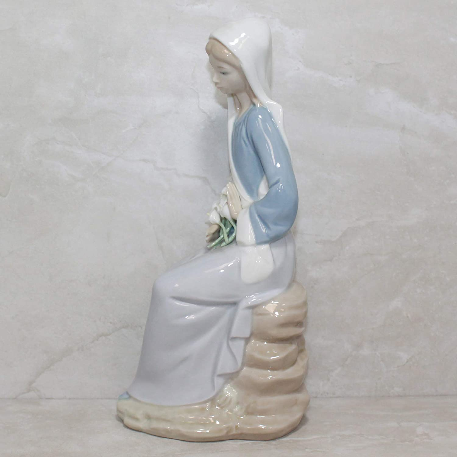 Lladro Girl with Lilies Sitting Collectible Figurine 01004972 Retired Glazed Finish