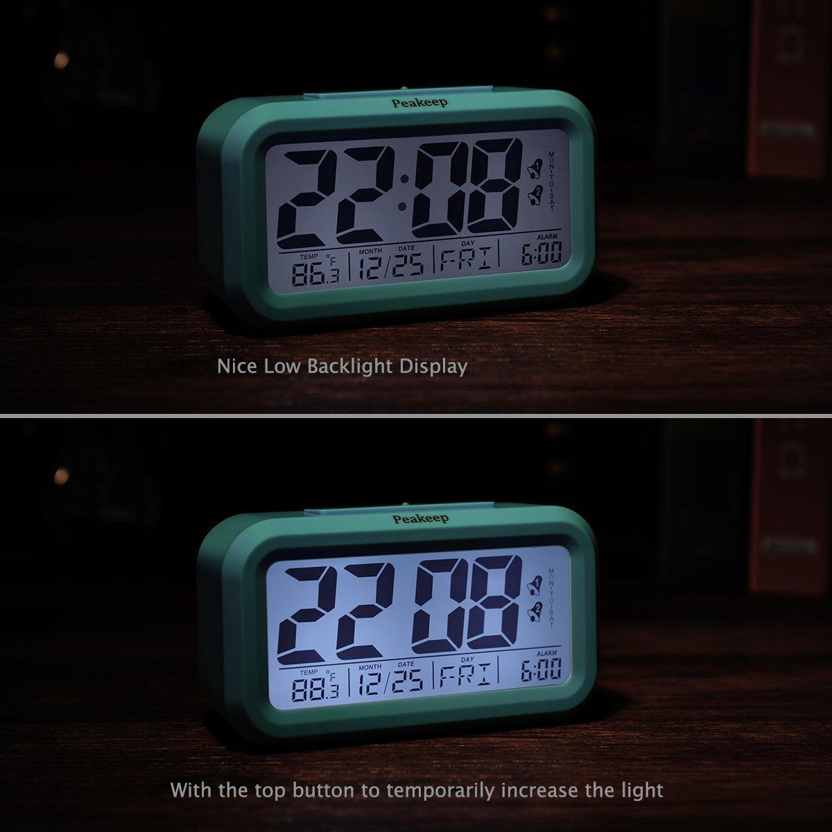 Despertador de reloj digital de Peakeep con 2 alarmas para modo opcional de semana, función de repetición, luz nocturna inteligente, funciona con batería ...