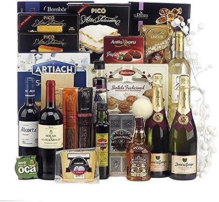 Lote de Navidad con botella de whisky Chivas Regal 12 años, queso, selección de ibéricos, vinos, licores y surtido de dulces navideños.