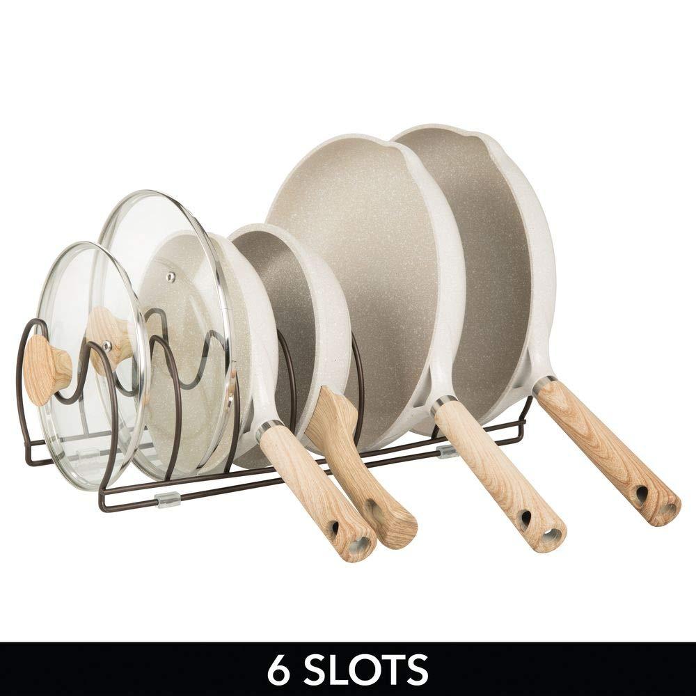 mDesign Soporte para sartenes color bronce Compacto organizador de tapas de ollas para los armarios de la cocina Ahorra espacio tapas y cacerolas Estante de metal para utensilios