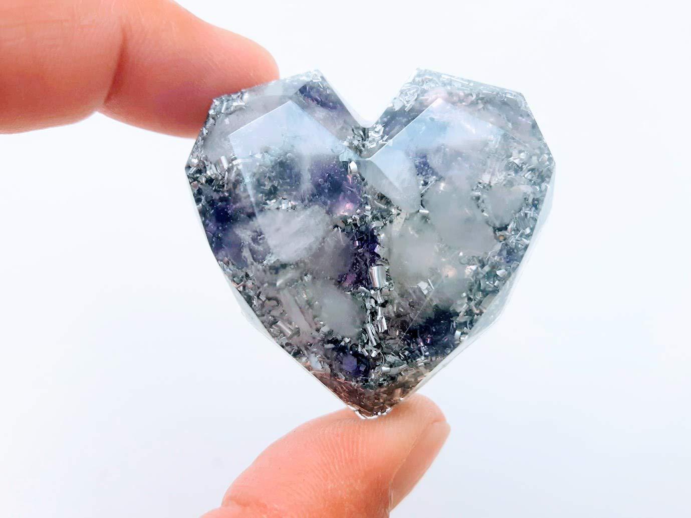 Orgonita de bolsillo en forma de corazon geometrico con virutas de aluminio y Piedras semipreciosas llamadas: Amatista y Cuarzo rosa.