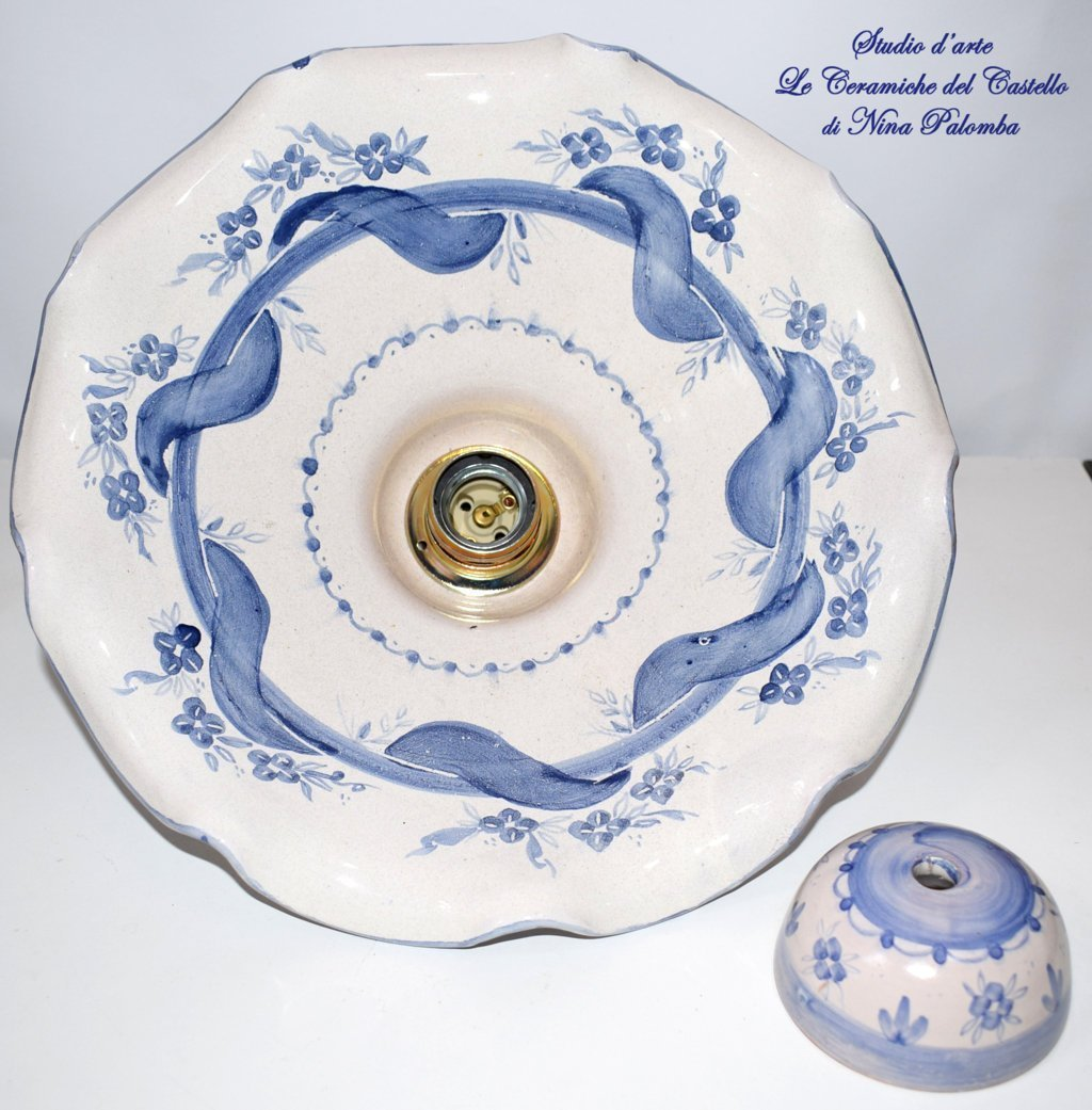 Lampadario diametro 30 centimetri Linea Fiori Blu Ceramica Le Ceramiche del Castello Pezzo Unico Handmade Made in Italy + Coppetta in Ceramica da applicare al soffitto. Parti elettriche disponibili a scelta.