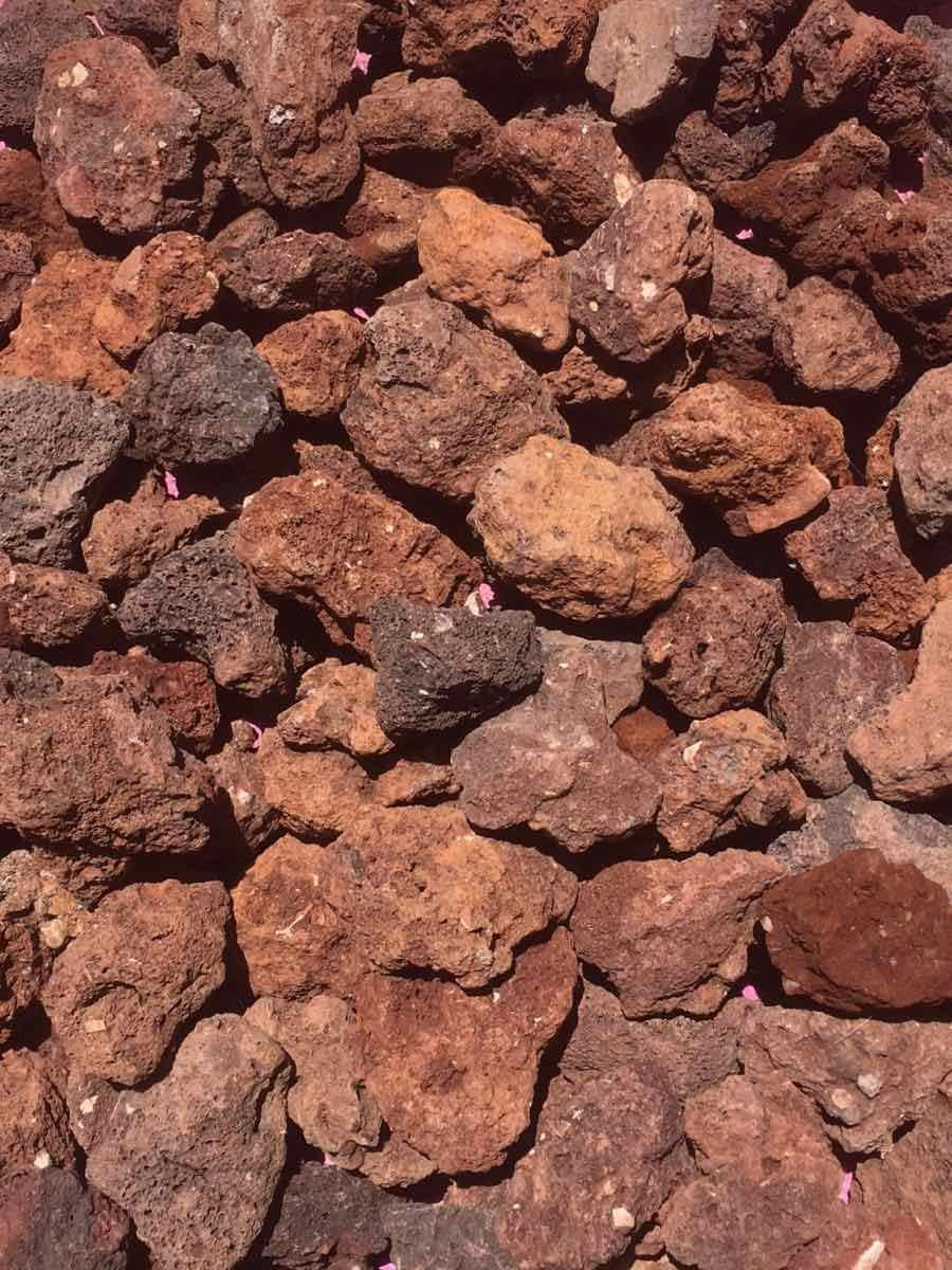 Grava Volcánica Roja decorativa en sacas de 700Kg Disponible en formato 10-20mm y 25-40mm (25-40mm): Amazon.es: Jardín