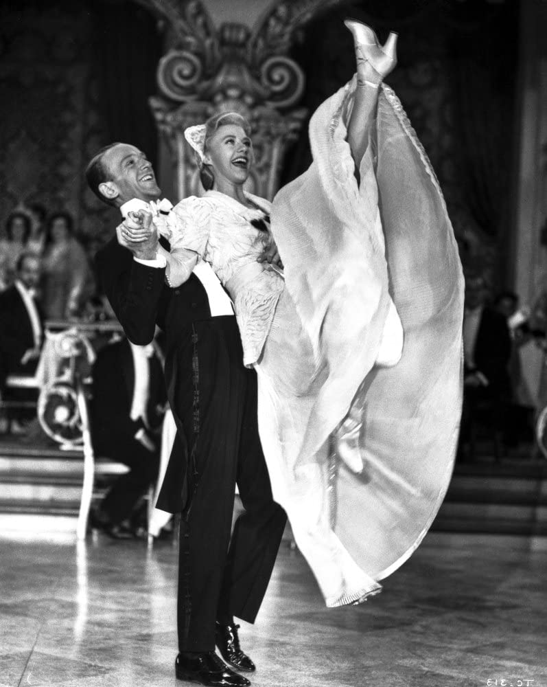 Amazon Com Fred Astaire And Ginger Rogers Dancing In Black Tuxedo And White Dress Photo Print 24 X 30 Posters Prints