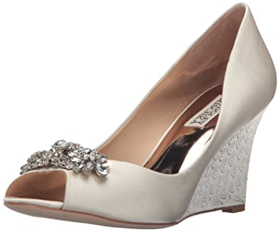 4204e571e047 Amazon.com  Badgley Mischka Women s Dara Wedge Sandal  Shoes