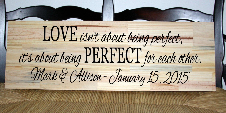 CELYCASY - Cartello in Legno con Scritta Love isnt About Being Perfect Its About Being Perfetto l'uno per L'Altro con Data e Nomi stabiliti
