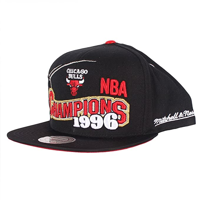 38faec11ec8 Amazon.com  Mitchell   Ness Men s Chicago Bulls BRED XI Special Edition 1996  Finals Champions Snapback Cap One Size Black  Clothing