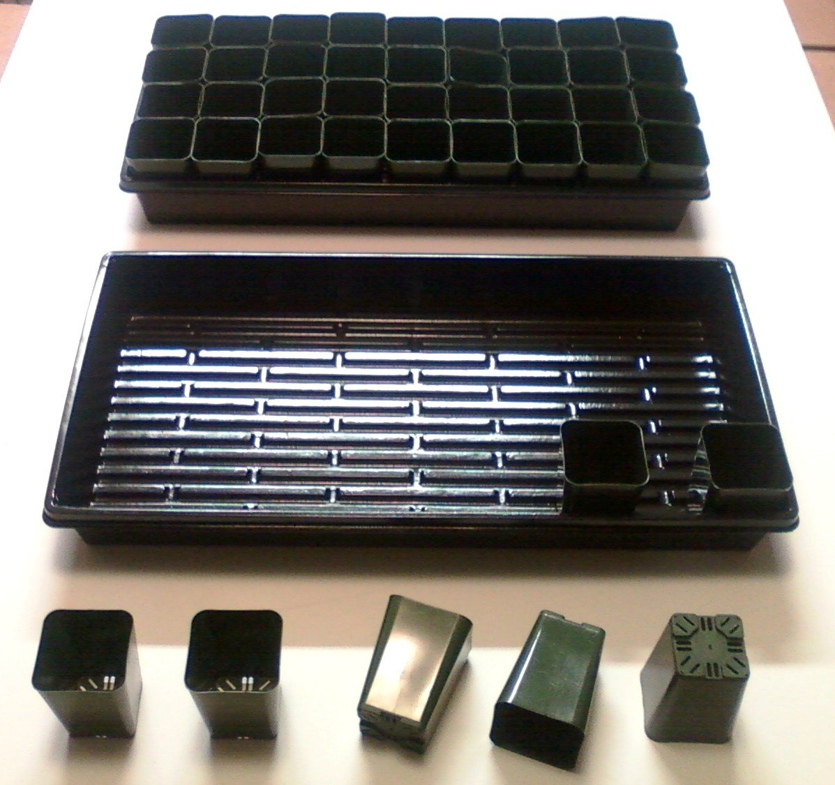 432 Rose Pots + 12 Solid Bottom 1020 Trays - 2 1/4'' Square x 3 1/4'' Deep Pots